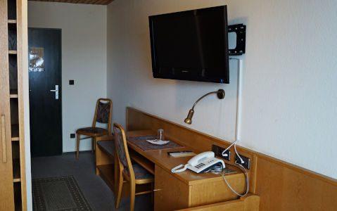 Schreibtisch und Fernseher